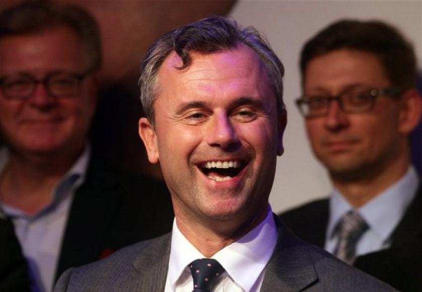 ARCHIVO - En esta fotografía de archivo, Norber Hofer, candidato a la presidencia de Austria para el Partido Libertad, sonríe en Viena, Austria. (AP Foto/Ronald Zak, Archivo)
