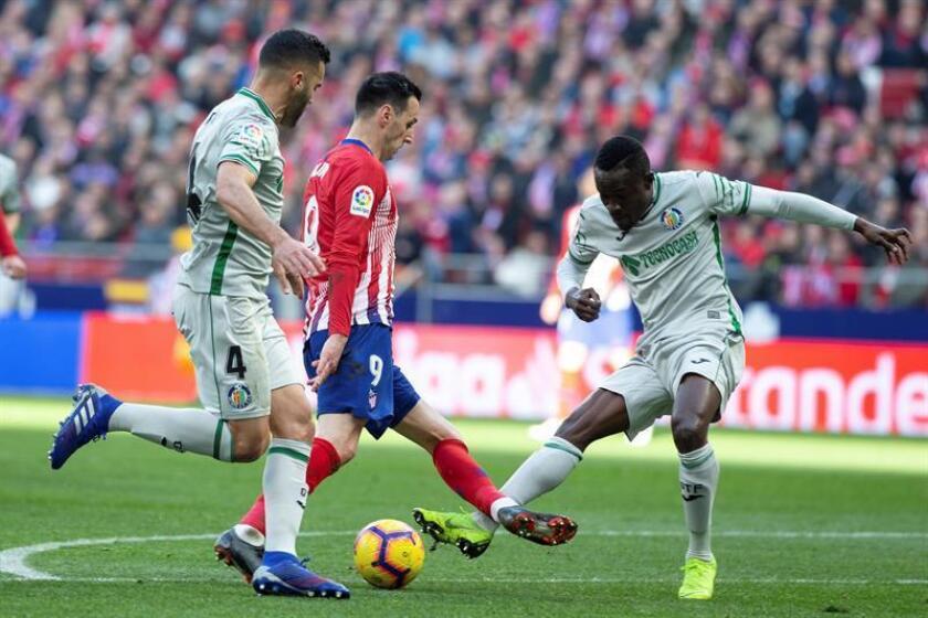 El delantero croata del Atlético de Madrid, Nikola Kalinic (c) y los jugadores del Getafe Dakonem Djene y Bruno González durante el partido de la vigésimo primera jornada de Liga que disputaron en el estadio Wanda Metropolitano de Madrid. EFE