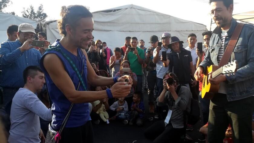 Cafe Tacvba le canta a migrantes