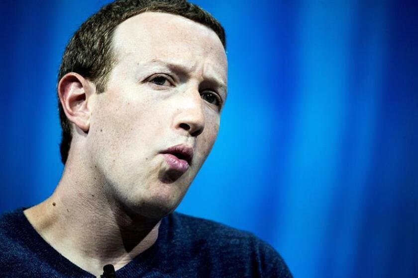 El fundador de Facebook, Mark Zuckerberg, pronuncia su discurso durante la Convención VivaTech 2018 en París, Francia. EFE/Archivo