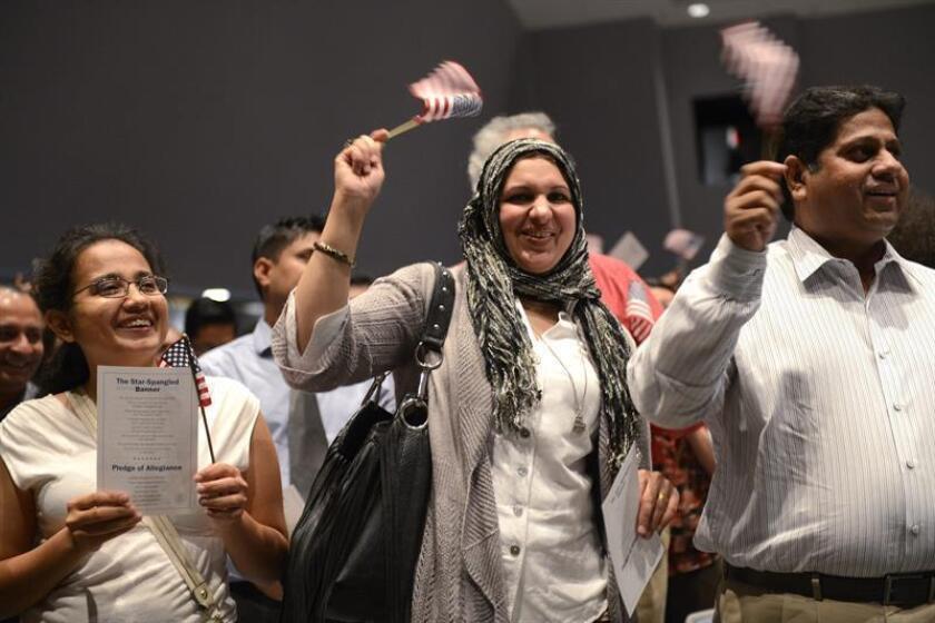 Nuevos ciudadanos estadounidenses celebran tras recibir el certificado de juramento durante una ceremonia de naturalización. EFE/Archivo