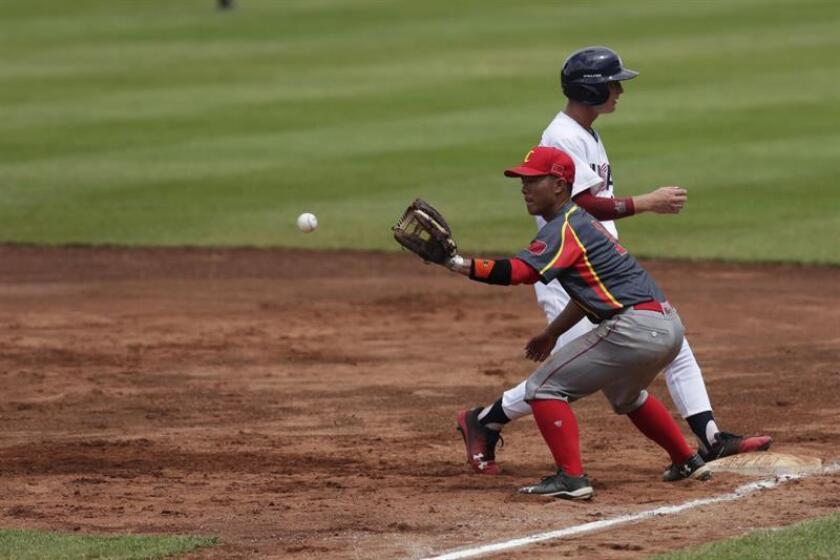 El jugador estadounidense Cody Jackson Schrier (atrás) regresa a primera base mientras el chino Deyu Fan (adelante) espera la bola durante un partido entre Estados Unidos y China por el del Mundial de Béisbol sub'15, en el estadio Kenny Serracín en Chiriquí (Panamá). EFE