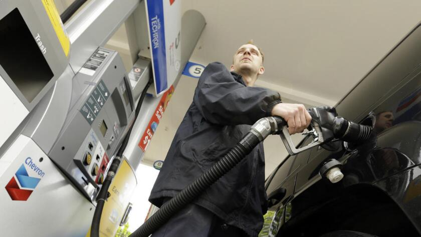 A nivel nacional, el precio promedio de la gasolina bajó dos centavos en las últimas dos semanas a 2,83 dólares por galón. El precio promedio nacional para la gasolina de grado medio fue de 3,05 dólares, con la gasolina premium a 3,22 dólares por galón, según la encuesta de Lundberg.