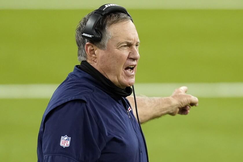 El entrenador en jefe de los Patriots de Nueva Inglaterra Bill Belichick da instrucciones