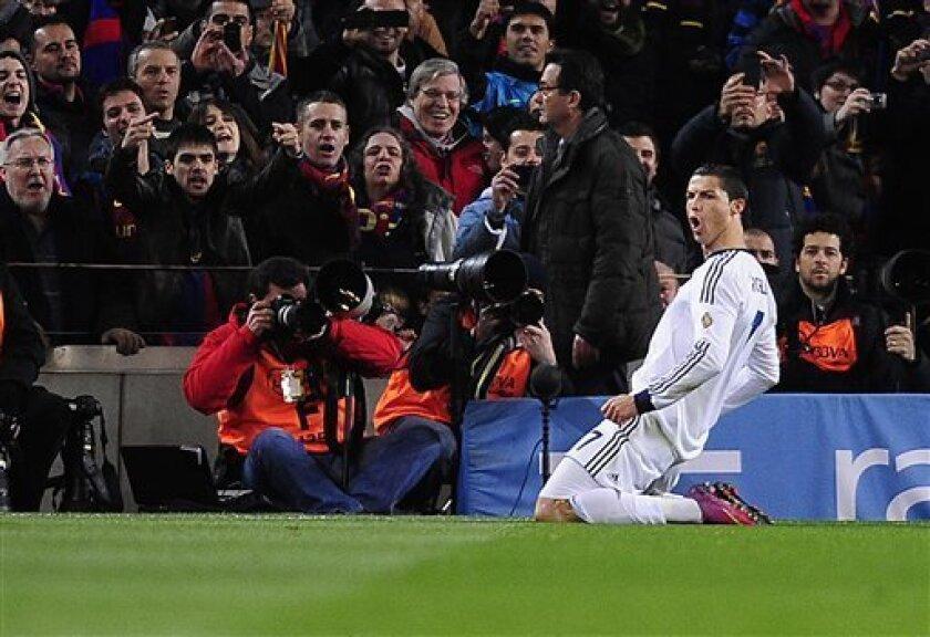 El jugador del Real Madrid, Cristiano Ronaldo, festeja un gol contra el Barcelona en las semifinales de la Copa del Rey el martes, 26 de febrero de 2013, en Barcelona. (AP Photo/Manu Fernandez)