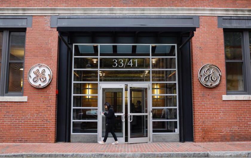 Fachada del grupo industrial General Electric en su sede en Boston, Massachusetts (Estados Unidos) hoy, 13 de noviembre de 2017. General Electric anunció hoy un vasto plan de reestructuración que implica enfocarse en tres sectores, un recorte en el 50 % de su dividendo y la reducción de asientos en el consejo de administración. EFE
