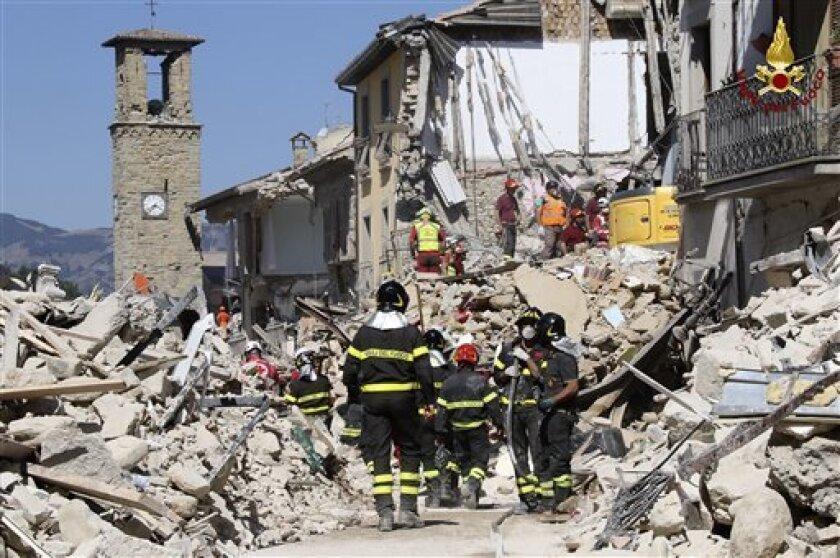 Rescatistas trabajando en un edificio derruido en Amatrice, en el centro de Italia, el jueves 25 de agosto de 2016. Los rescatistas se han asustado por las réplicas del sismo.