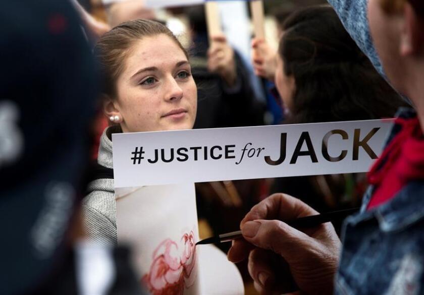 Fotografía de archivo de en donde varias personas se manifiestan a favor del pastelero Jack Phillips junto a la Corte Suprema de Washington DC (Estados Unidos). EFE/Archivo