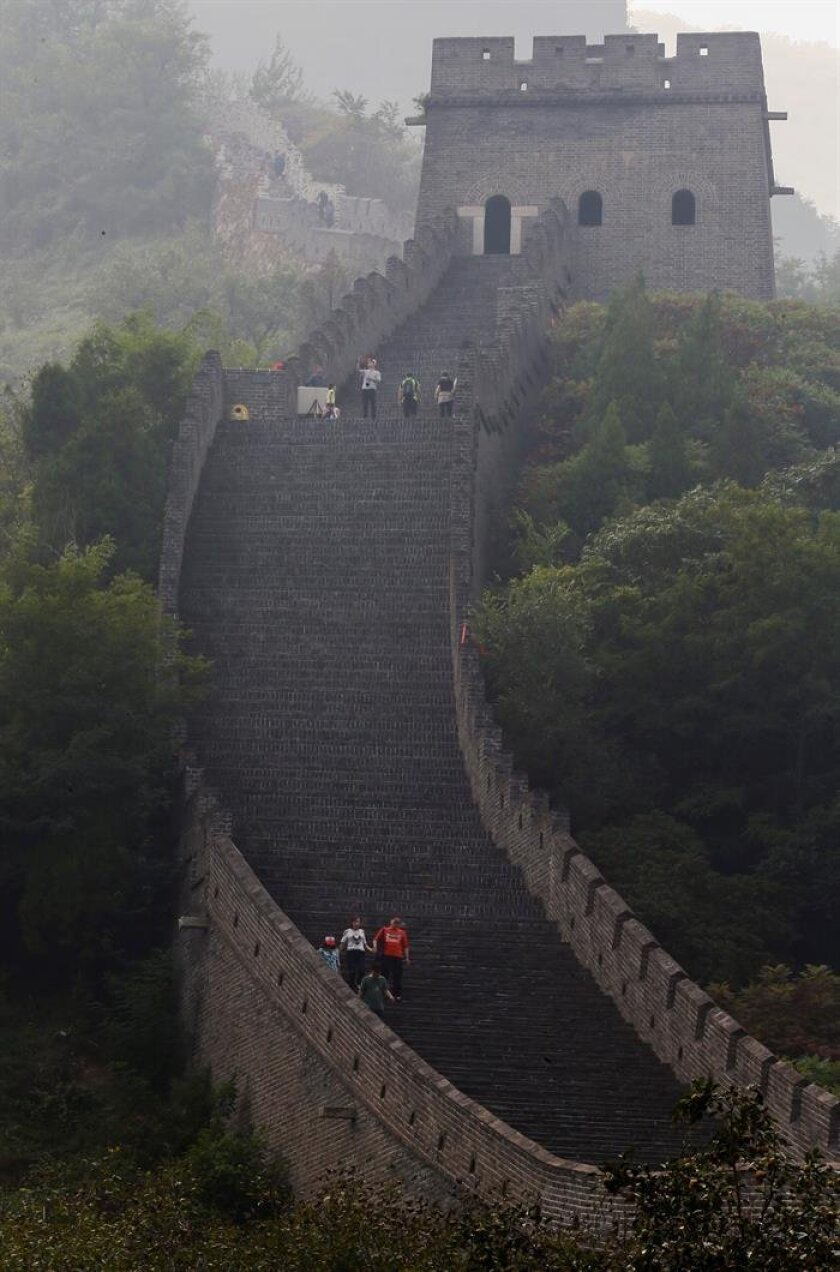 (FILE) A picture made available on 26 September 2016 shows visitors (R) at the Huangyaguan section of the Great Wall in Tianjin City, northeast of Beijing, China, 24 September 2016. The recent discovery of a botched restoration job with cement along a stretch of the Great Wall of China has put the spotlight on the plight of the world's largest monument, which is under threat from erosion, vandalism and theft of its bricks. EPA/ROLEX DELA PENA