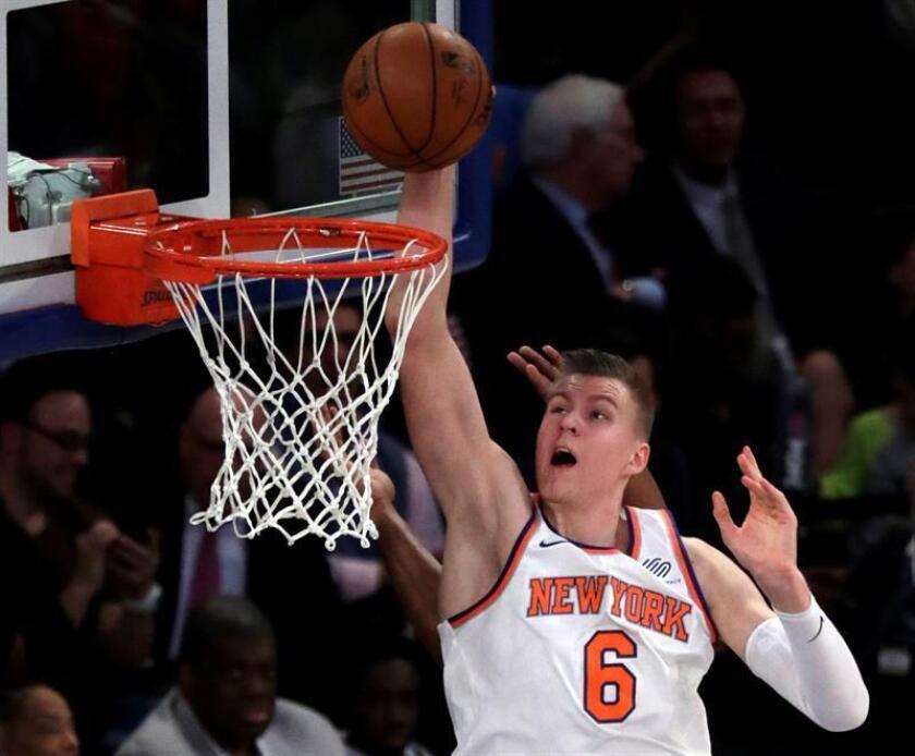 El jugador de los Knicks de Nueva York Kristaps Porzingis en acción contra Utah Jazz durante la primera mitad de su juego de la NBA disputado en el Madison Square Garden de la ciudad de Nueva York (EE.UU.). EFE