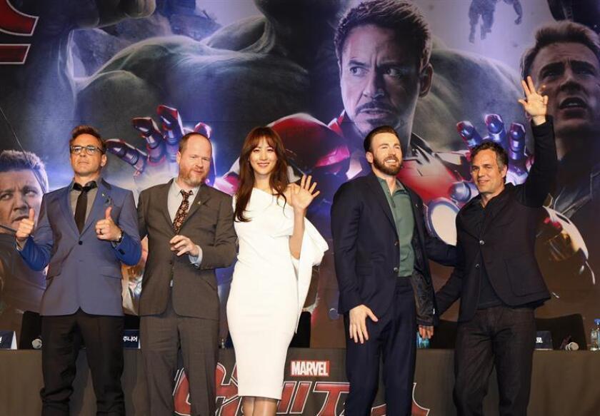 (De izq a der) El actor estadounidense Robert Downey Jr., el director y guionista Joss Whedon, la actriz surcoreana Soo-Hyun, y los actores Chris Evans y Mark Ruffalo posan para los fotógrafos. EFE/Archivo