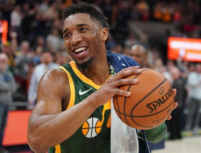 El escolta de Utah Jazz, Donovan Mitchell, celebra este sábado durante un partido de NBA entre Utah Jazz y Milwaukee Bucks, en el Vivint Smart Home Arena de la ciudad de Salt Lake City, Utah (Estados Unidos). EFE