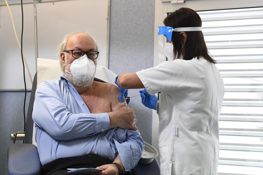 Un hombre recibe la vacuna contra el coronavirus en Codogno, Italia el 27 de diciembre del 2020.