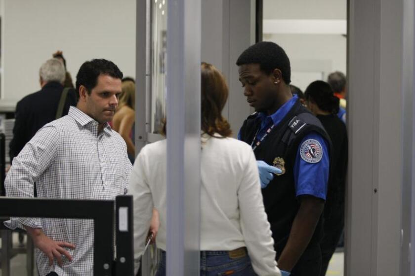 Un empleado del departamento de seguridad del aeropuerto internacional de Miami revisa los documentos de varios pasajeros en Miami (FL, EEUU). EFE/John Watson-Riley/Archivo