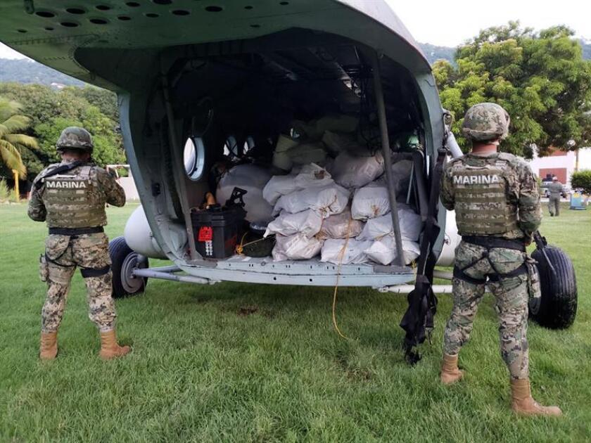 Fotografía cedida hoy, sábado 11 de agosto de 2018, por la Secretaria de Marina (SEMAR), que muestra un decomiso en las costa de Acapulco (México).Un ecuatoriano fue detenido en las costas del estado de Guerrero, sur de México, supuestamente con casi dos toneladas de cocaína que transportaba en una lancha rápida, según la Semar. EFE/SEMAR // SOLO USO EDITORIAL/NO VENTAS