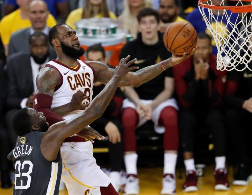 Golden State Warriors player Draymond Green (L) tries to block a shot against Cleveland Cavaliers player LeBron James (R) in the first half of game two of the NBA Finals at Oracle Arena in Oakland, California, USA, 3 June 2018. EFE
