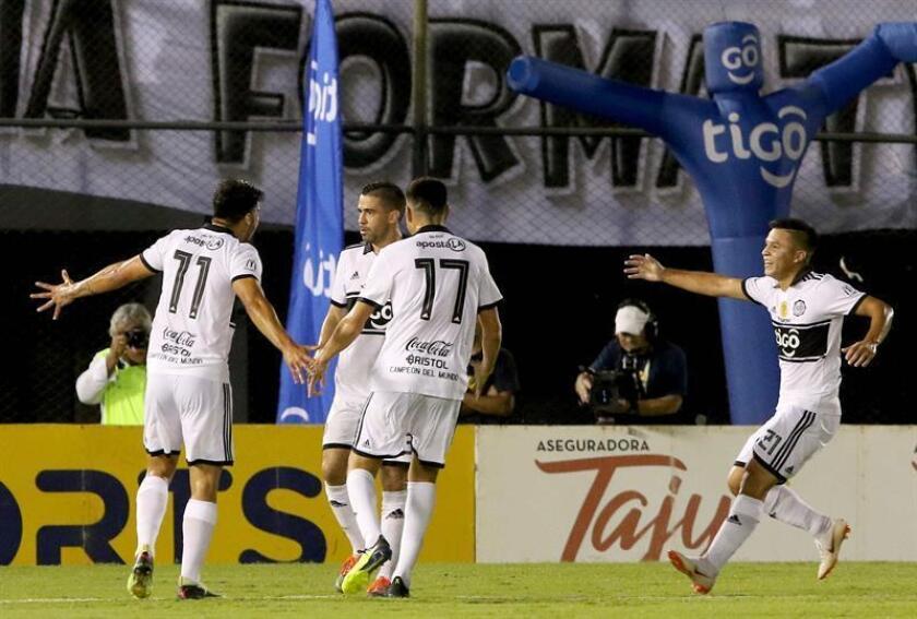 Los jugadores de Olimpia festejan el gol de Julián Benítez (2-i) ante Guaraní durante un partido final del torneo clausura entre Olimpia y Guaraní en el estadio Defensores del Chaco en Asunción (Paraguay). EFE