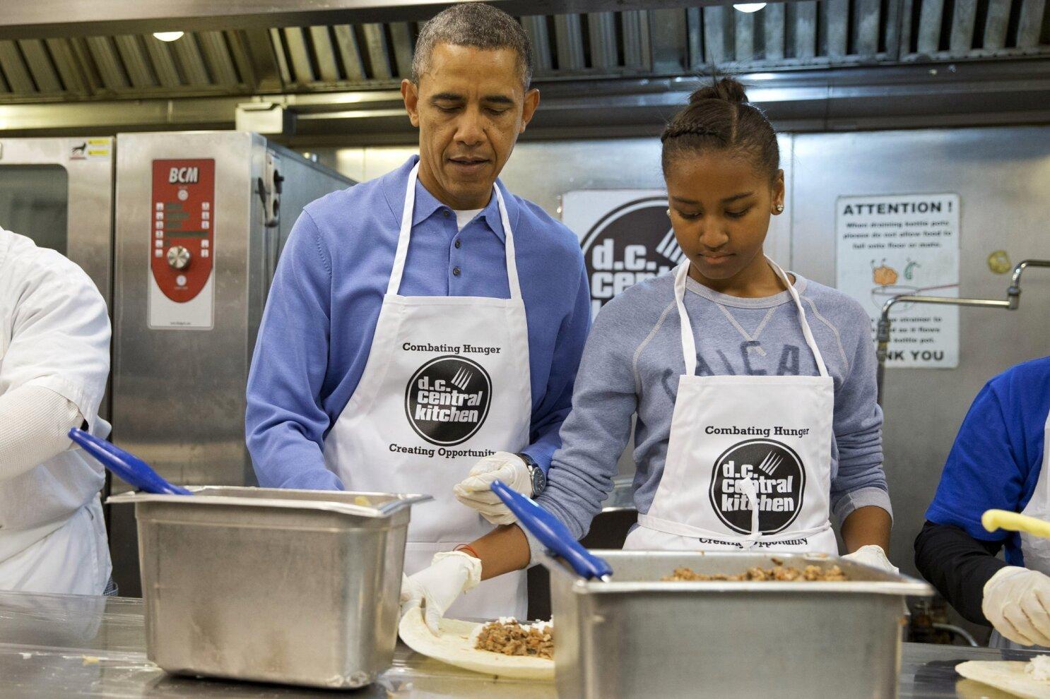 Obama Celebrates Mlk Holiday Visits Soup Kitchen The San Diego Union Tribune