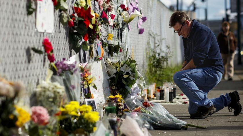 Al menos 36 personas murieron cuando un incendio irrumpió en un almacén de Oakland, repleto de gente que asistía a un concierto, el pasado viernes por la noche ().