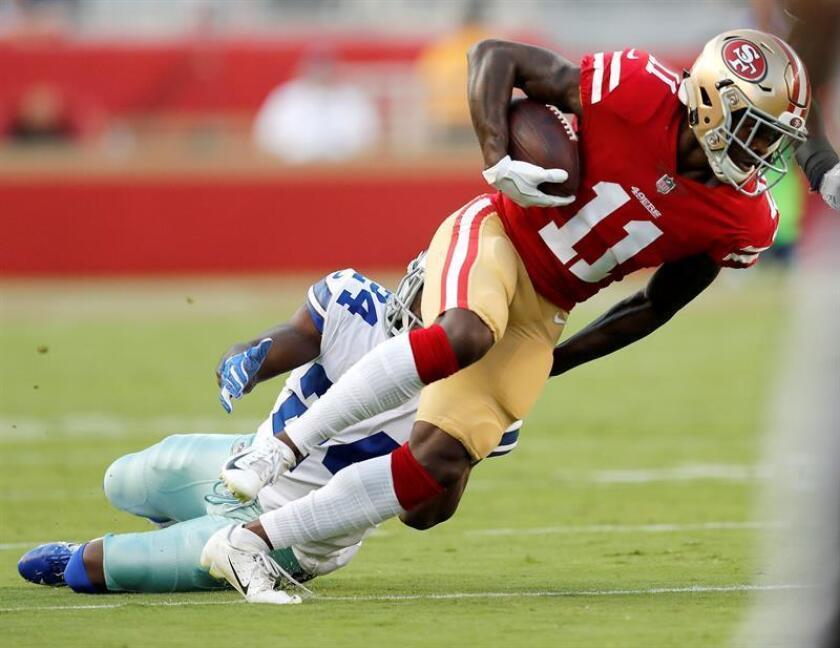 El jugador Marquise Goodwin (d) de San Francisco 49ers intenta proteger el balón ante la marca de Chidobe Awuzie (i) de Dallas Cowboys hoy, jueves 9 de agosto de 2018, durante un partido de la pretemporada de fútbol americano de la NFL entre Dallas Cowboys y San Francisco 49ers en el estadio Levi en Santa Clara, California (Estados Unidos). EFE