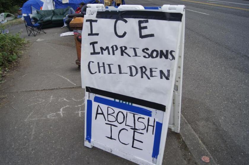 """Vista de un cartel que reza """"(Servicio de Inmigración y Control de Aduanas) ICE encarcela niños. EFE/Archivo"""