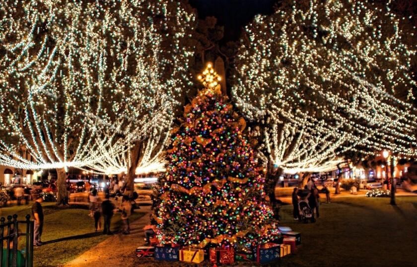 La ciudad de San Agustín, la más antigua de Estados Unidos, recrea en Navidad la antigua tradición española de colocar una vela en cada ventana con un despliegue de luces en las calles, comercios y monumentos que la convierten en uno de los grandes destinos turísticos de Florida durante diciembre y enero.