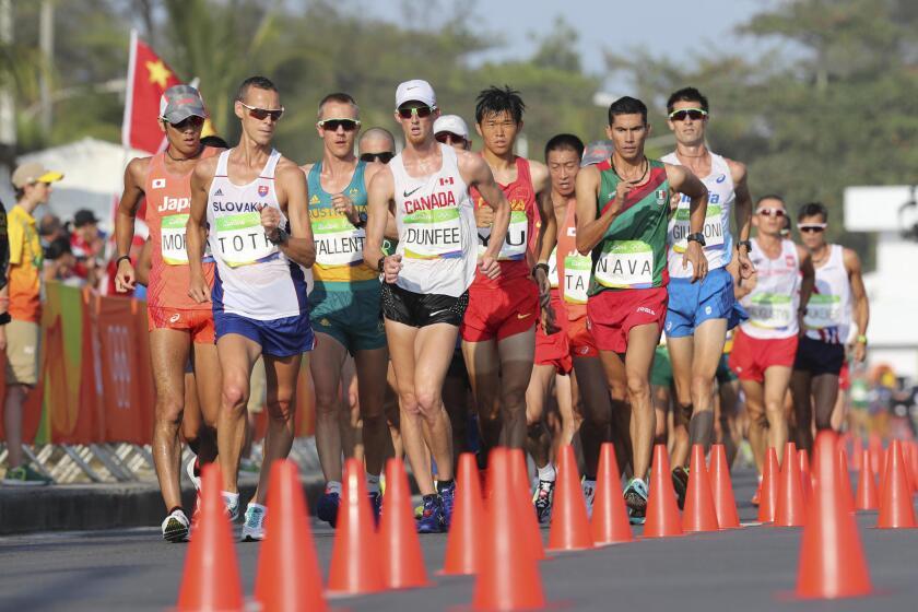 El mexicano Horacio Nava (d) junto al canadiense Evam Dunfee (c) y el eslovaco Matej Toth, entre otros, durante la prueba de 50 kilómetros marcha de Río 2016.
