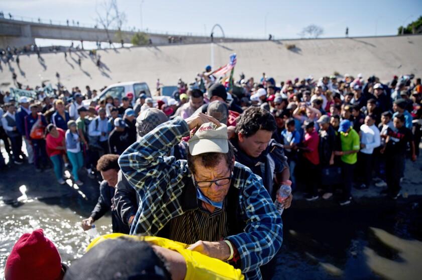 Algunos periodistas que cubren los acontecimientso en la frontera han sido interrogados.