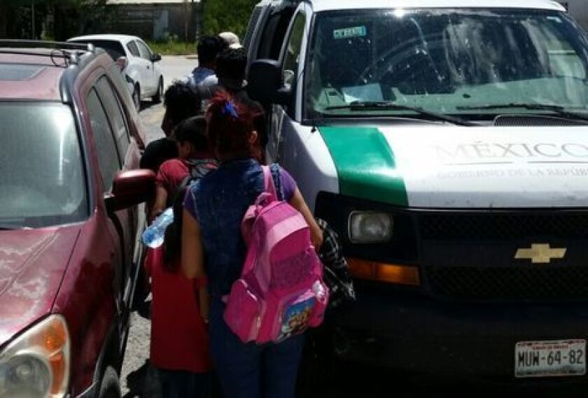 La Policía Federal interceptó tres vehículos en el nororiental estado mexicano de Tamaulipas con 122 migrantes centroamericanos indocumentados, y detuvo a tres personas implicadas en los hechos, informó hoy la Comisión Nacional de Seguridad (CNS).