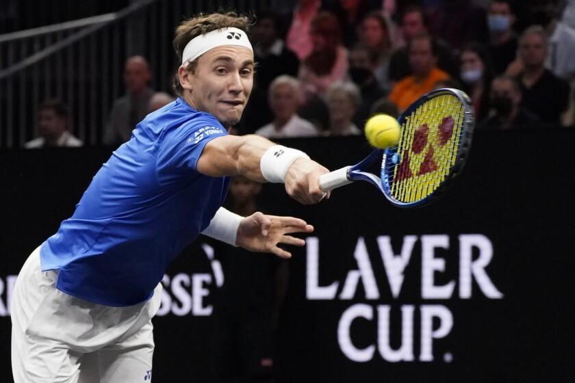 Casper Ruud, de Noruega, integrante del equipo Europa, devuelve una pelota frente a Reilly Opelka, de Estados Unidos, en la Copa Laver de tenis, el viernes 24 de septiembre de 2021, en Boston. (AP Foto/Elise Amendola)