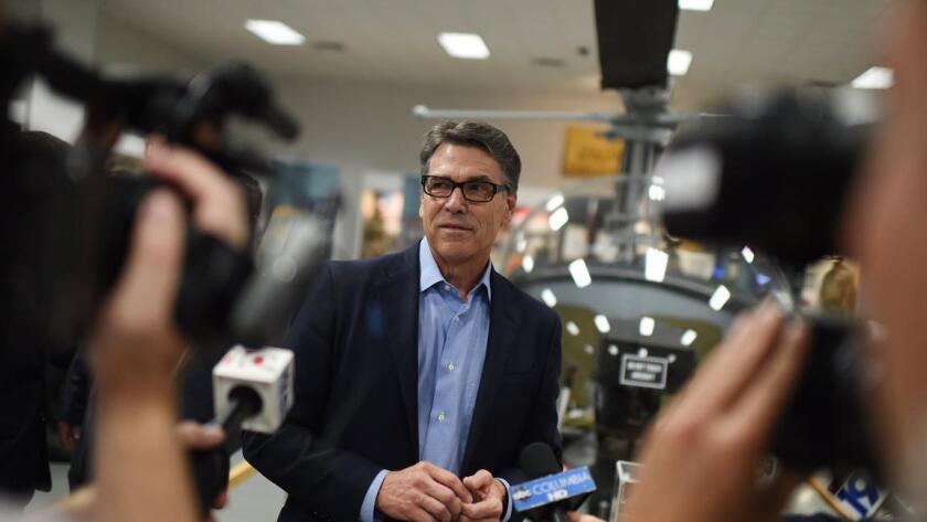 """""""Los hispanos en Estados Unidos, los hispanos en Texas han sido gente extraordinaria que ha hecho grandes cosas. Y pintarlos con esa brocha gorda como ha hecho Donald Trump... Creo que va a tener que defender sus declaraciones, y yo dejaré claro que son ofensivas"""", señaló Rick Perry, quien fuera gobernador de Texas entre 2000 y 2015."""
