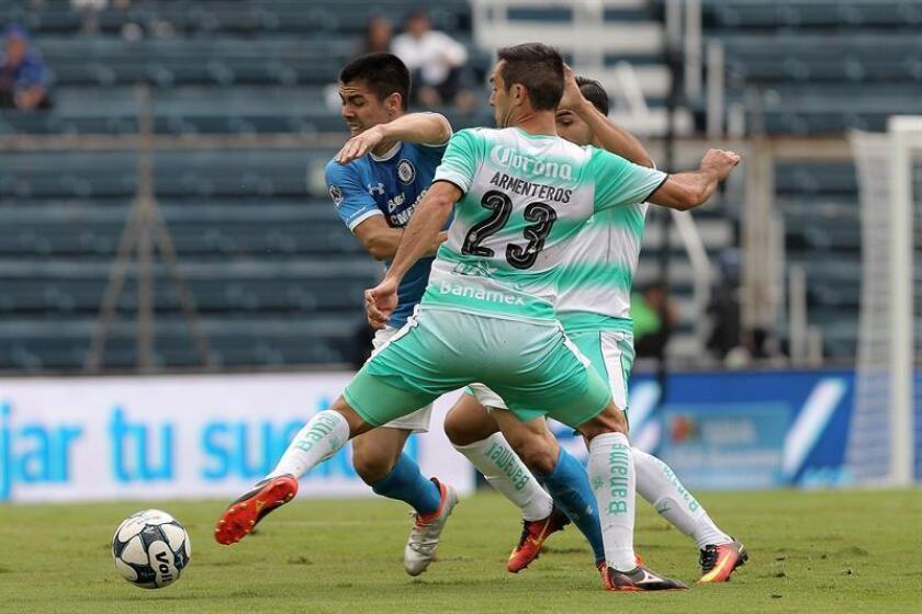 El jugador Francisco Silva (i) de Cruz Azul pelea un balón con Emiliano Armenteros (frente) de Santos. EFE/Archivo