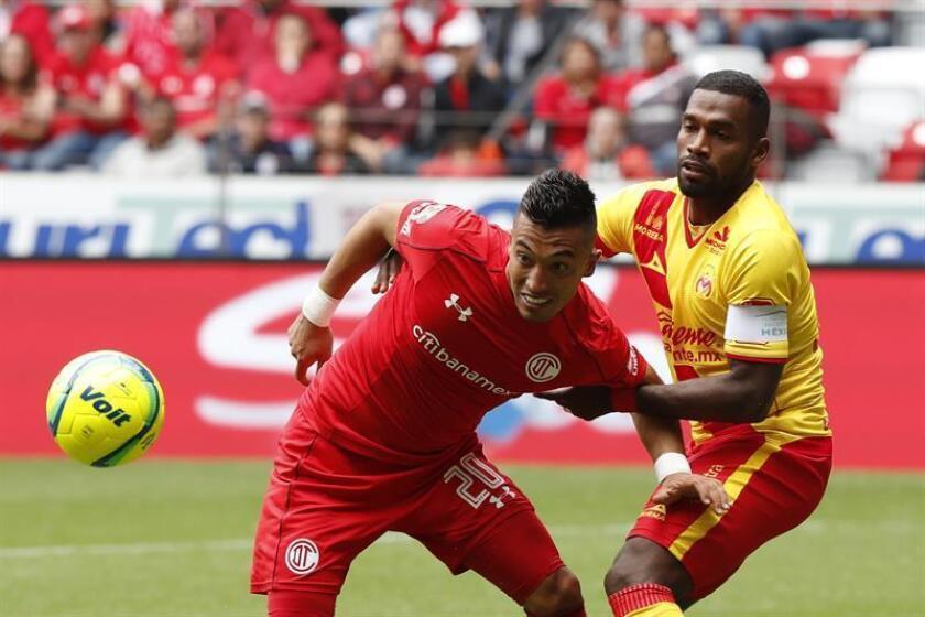 El jugador de Toluca Fernando Uribe (i), pelea por el balón con Gabriel Achilier (d), de Morelia. EFE/Archivo