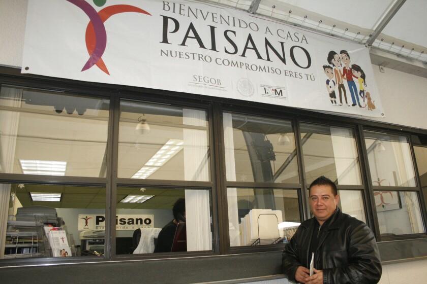 Un usuario espera ser atendido en las oficinas del Programa Paisano en el Consulado de Mexico en Los Angeles, CA