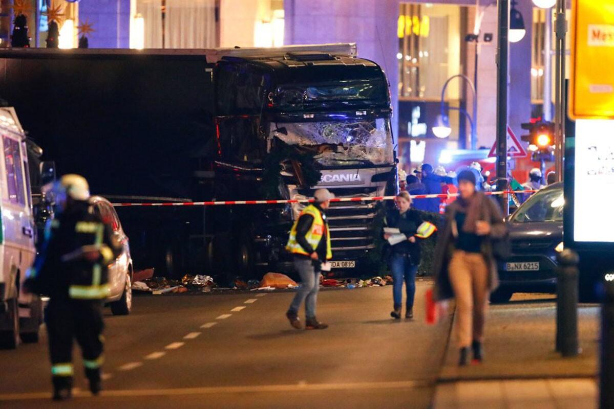 Un camión de grandes dimensiones ha irrumpido en la plaza Kurfuerstendamm de la capital alemana cuando centenares de personas hacían sus compras en un mercado navideño o cenaban en los restaurantes de la zona. (Reuters)
