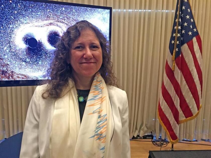 La Fundación Breakthrough ha repartido más de 25 millones de dólares en premios entre más de mil físicos, biólogos y matemáticos, entre ellos expertos en genética, biología celular o física gravitacional, informó hoy la institución, creada por grandes empresarios tecnológicos de Silicon Valley. Uno de los premios de este año recayó en los miembros del observatorio LIGO, que el pasado año detectó ondas gravitacionales del choque de dos agujeros negros. En la imagen, la portavoz del proyecto del observatorio estadounidense de interferometría láser (LIGO), la argentina Gabriela González. EFE/ARCHIVO