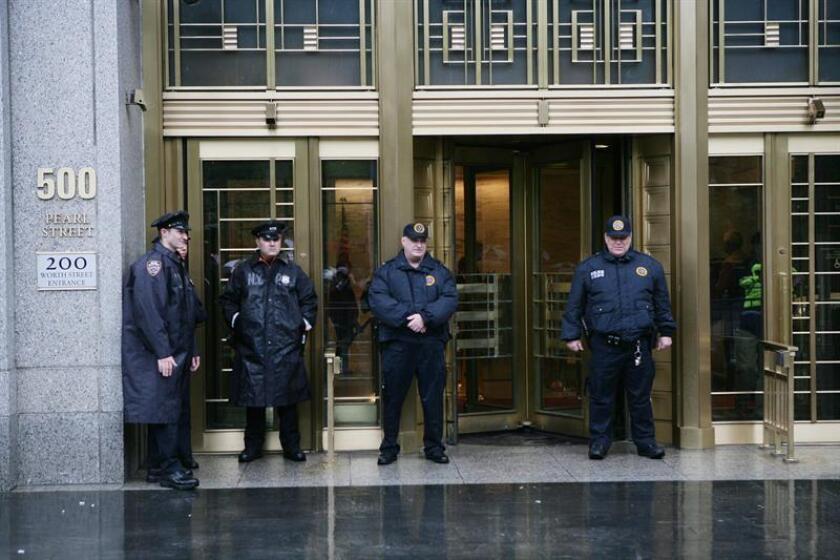 Policías montan guardia frente al edificio de la corte federal en Nueva York (EEUU). EFE/Archivo