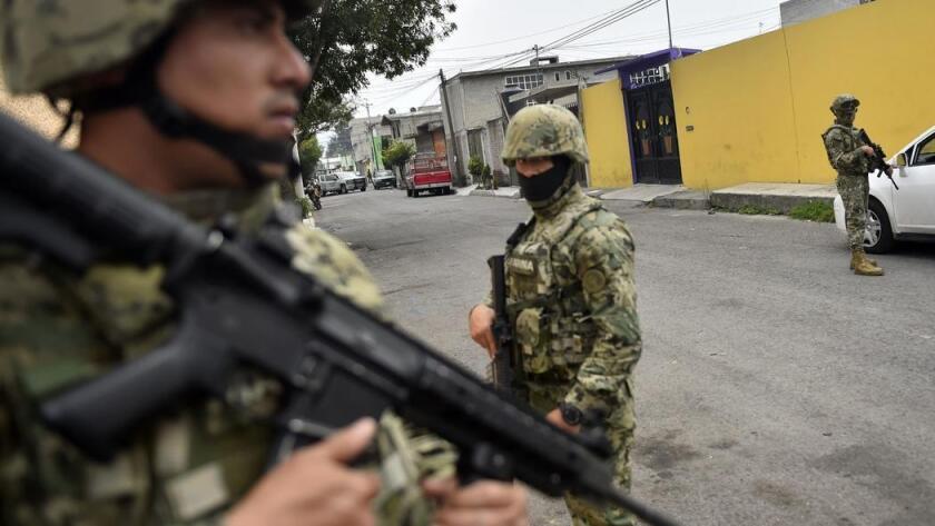 Un tiroteo y los bloqueos de carreteras en un distrito de la capital de México alimentan los temores de que la violencia de la guerra contra las drogas pueda emigrar a la capital, que había permanecido un tanto aislada de la violencia.