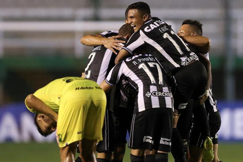 Jugadores de Botafogo celebran un gol este miércoles, en un partido por la Copa Sudamericana entre Defensa y Justicia y Botafogo en el estadio de Norberto Tomaghelloen Buenos Aires (Argentina). EFE