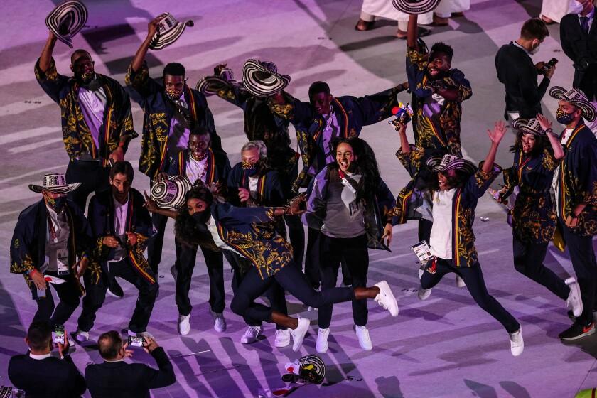 L'équipe colombienne saute pour une photo lors de la cérémonie d'ouverture des Jeux olympiques de Tokyo.