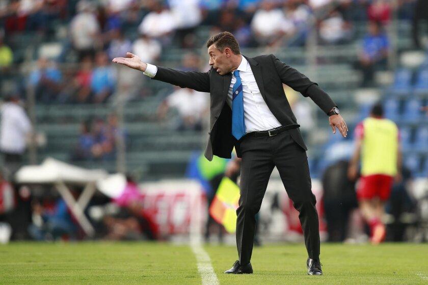 El entrenador Pedro Caixinha dirige a su equipo Cruz Azul ante Lobos BUAP.