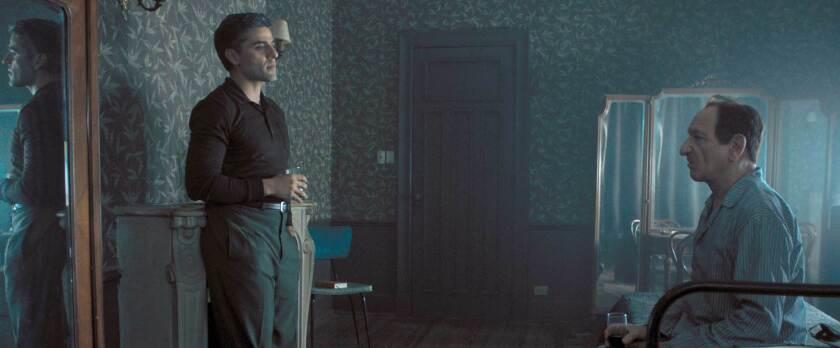 """Oscar Isaac (izq.) y Ben Kingsley en una escena del drama de la vida real """"Operation Finale"""", que se encuentra ya en cartelera."""