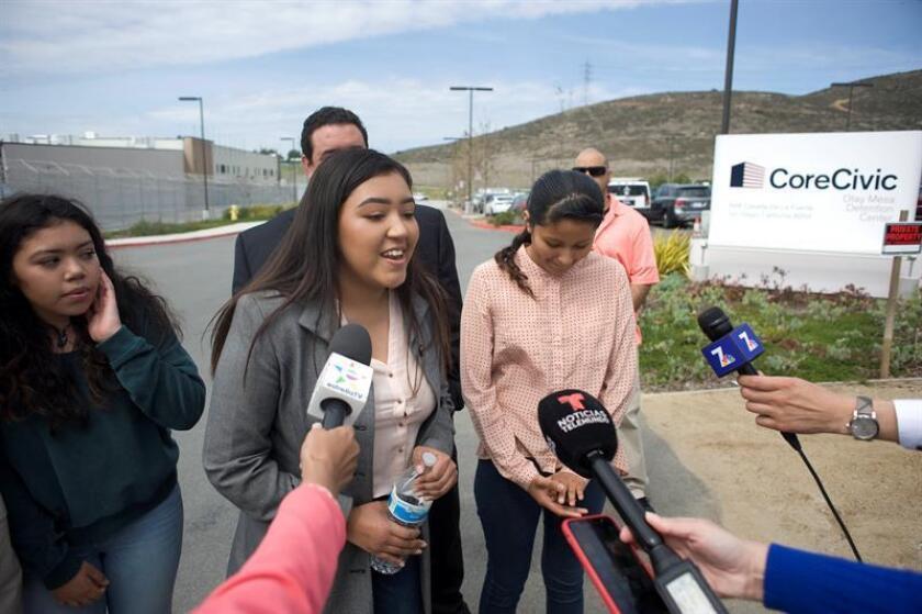 Yessica Estrada (c), de 17 años, hija de Perla Morales, habla con periodistas hoy, martes 20 de marzo de 2018, afuera del Centro de detención Otay Mesa, en San Diego, California (EE.UU.). EFE