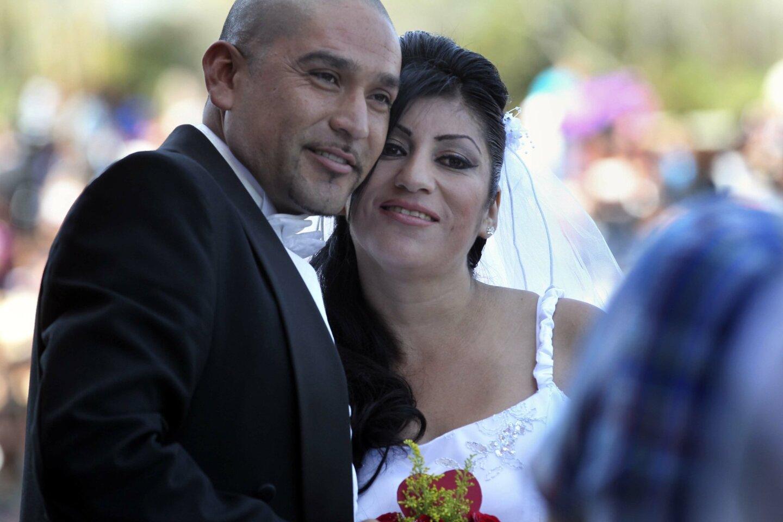 Juan Reyes and his bride Gabriela Quinonez posed for photos.