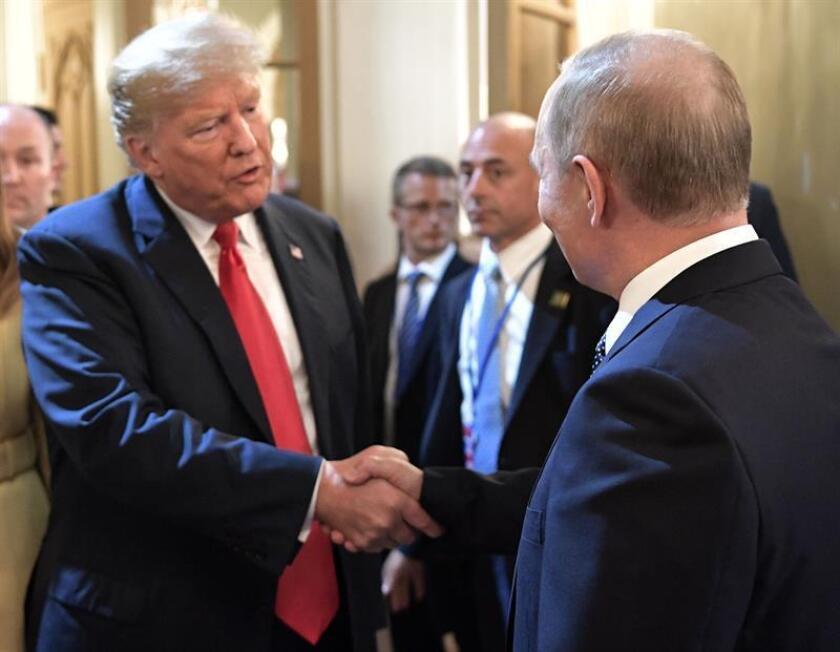 El presidente ruso Vladimir Putin (d) saluda al presidente estadounidense Donald Trump (i) hoy, lunes 16 de julio de 2018, después de una conferencia de prensa conjunta sobre su reunión en el Palacio Presidencial en Helsinki (Finlandia). EFE/ALEXEI NIKOLSKY / SPUTNIK / KREMLIN POOL /CRÉDITO OBLIGATORIO