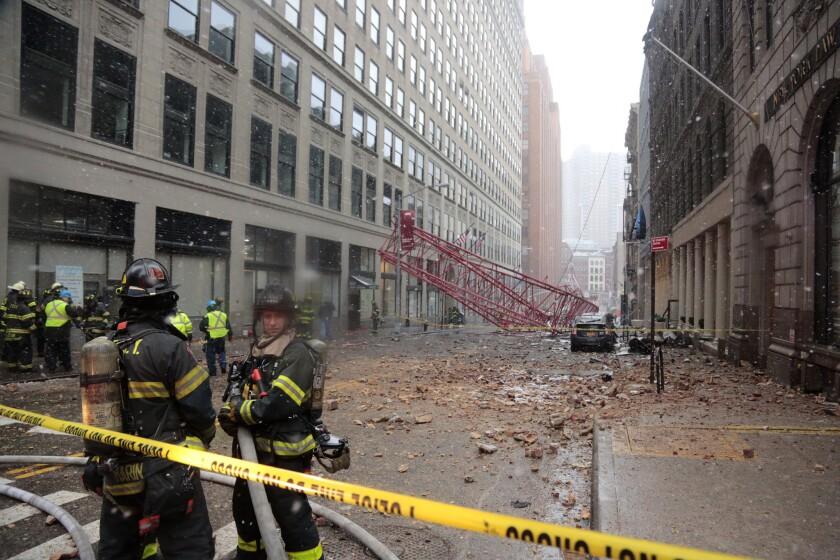 Una grúa derrumbada ocupa la calle del barrio de Tribeca, Manhattan. Una persona murió y dos sufrieron heridas graves al derrumbarse una grúa en el sur de Manhattan que a la vez aplastó los techos de varios autos estacionados, dijeron las autoridades el viernes. (AP Foto/Bebeto Matthews)