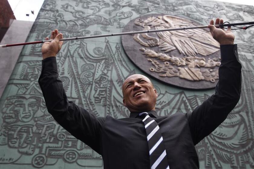 Fotografía fechada el 5 de septiembre de 2018, que muestra al diputado mexicano Hugo Ruiz, mientras posa en entrevista con Efe, en el exterior del recinto legislativo, en Ciudad de México (México). EFE
