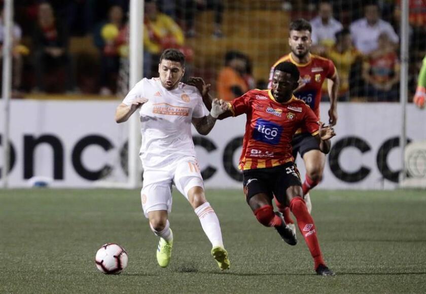 El jugador Pity Martínez (i) de Atlanta Unite disputa el balón con Luis Díaz (d) del Herediano durante un partido de la Liga de Campeones de la CONCACAF entre Atlanta Unite y Herediano, en San José (Costa Rica). EFE/Archivo
