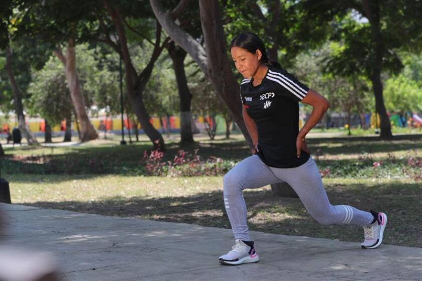 Fotografía fechada el 28 de febrero de 2019, que muestra a la atleta peruana Inés Melchor mientras se ejercita durante una entrevista con Efe, en Lima (Perú). EFE