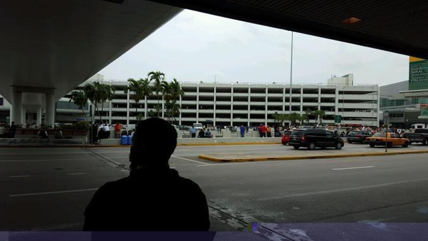 Al menos cinco personas murieron y ocho resultaron heridas hoy en el Aeropuerto Internacional de Fort Lauderdale-Hollywood (Florida), después de que una persona, que ya fue detenida, abriese fuego en la zona de recogida de equipajes, informaron medios locales. EFE/ARCHIVO